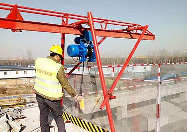 山东临沂建筑用四柱直滑式吊运机工程现场